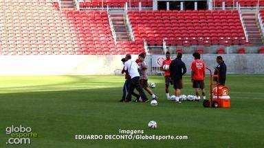 Torcedor invade treino do Inter e tieta Valdívia - Assista ao vídeo.