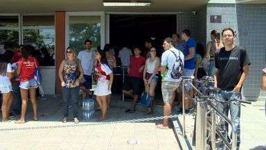 Mais de 150 mil estudantes fazem a prova do Enem no ES - Candidatos começaram a prova às 12h30.