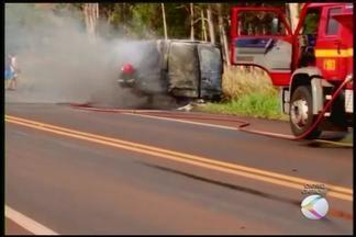 Colisão entre van e carro mata um e deixa feridos na BR-365 em MG - Acidente aconteceu na tarde deste domingo (25), em Ituiutaba. Motorista do carro foi levado ao hospital, não resistiu aos ferimentos.