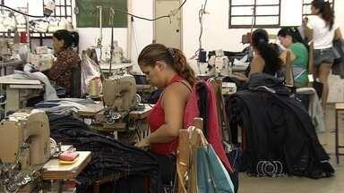 Funcionários temem ser demitidos por causa de período de crise, em Goiás - Trabalhadores buscam maneiras de se destacar na empresa com medo do desemprego.
