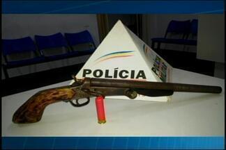 Homem é preso e arma de fogo apreendida em Cláudio - Ao avistar a polícia homem jogou a arma no telhado e tentou fugir. Autor foi preso e conduzido para a delegacia da Polícia Civil.