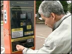 Parquímetros instalados em Erechim, RS, ainda deixam muita gente com dúvidas - Paciência e atenção são fundamentais para usar os equipamentos.