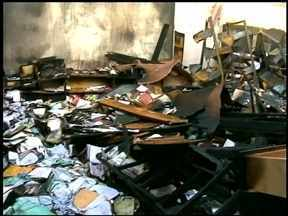 Estudantes de escola destruída por incêndio se mobilizam - Através da internet, alunos fazem uma campanha para arrecadar livros.