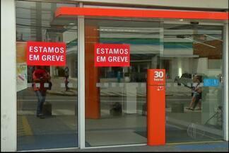 Bancários do Alto Tietê fazem assembleia para discutir continuidade de greve - A paralisação já dura 21 dias.
