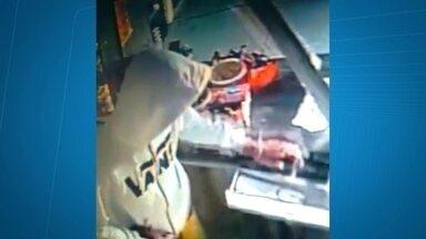Câmeras de segurança gravam assalto no Itapoã - Foi em uma padaria na Quadra 1. Três bandidos juntaram dinheiro, cigarros e várias mercadorias.