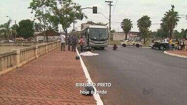 Passageira de mototáxi morre após colisão com ônibus em Ribeirão Preto, SP - Acidente ocorreu no cruzamento da Rua Guatapará com Jerônimo Gonçalves. À PM, motorista de ônibus afirmou que mototaxista não respeitou semáforo.