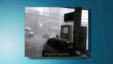 Chuva e vento forte derrubam árvore no centro de Campo Grande - O tempo mudou em várias regiões de Mato Grosso do Sul. Por causa da chuva e vento forte, as árvores não suportaram e acabaram rachando na região central de Campo Grande.
