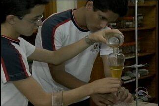Alunos de Petrolina vão representar o estado na Feira de Ciência Jovem - O projeto deles ajuda o meio ambiente porque reaproveita o óleo de cozinha