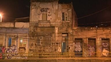 Queda de reboco de prédio assusta moradores no Estácio - O imóvel fica na avenida Salvador de Sá, em frente ao Hospital Central da PM. A Defesa Civil interditou um trecho da calçada. Não houve feridos.