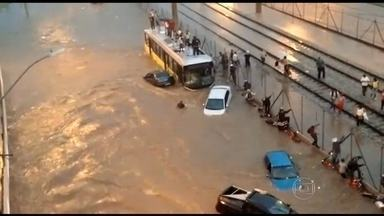 Carros são arrastados durante temporal em Belo Horizonte - Temporal durou uma hora e provocou muita destruição na noite de terça-feira (27). Ninguém ficou ferido com gravidade.
