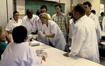 Jovens Talentosos - O médico e professor Leopoldo de Meis cria chances para adolescentes de baixa renda entrarem em contato com atividades científicas. Ele idealizou o projeto Jovens Talentosos.