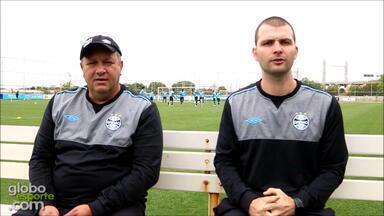 Auxiliares James Freitas e Roberto Ribas falam sobre trabalho com Roger no Grêmio - Assista ao vídeo.