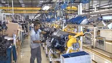 Produção industrial recua todo mês e pode afetar o emprego no país - William Waack analisa os principais números da indústria brasileira e explica que produção continua recuando de mês para mês, o que faz temer o pior para o emprego de qualidade e a capacidade de competição do Brasil.