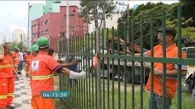 Prefeitura começa a retirar grades de mais de 20 praças da região central da capital - A retirada das grades e a limpeza desses espaços são o primeiro passo para a revitalização de praças e viadutos da cidade.