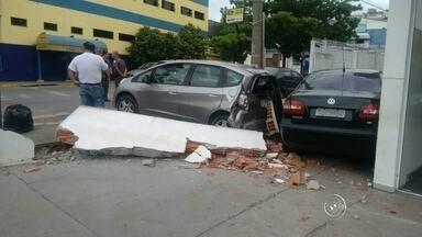 Carro sem motorista perde o freio e provoca acidente em Itatiba - Um carro sem motorista perdeu o freio e provocou um acidente em Itatiba (SP). Veja só as imagens do circuito de segurança da cidade.