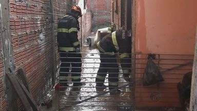 Chuva forte causa alagamentos em bairro de São Carlos - A chuva forte desta quarta-feira(4) alagou várias casas no bairro Cidade Aracy II. A tempestade deixou marcas de destruição, sete casas foram atingidas.