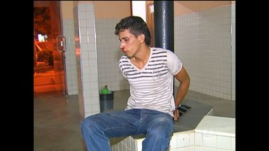Após tentar assaltar mototaxista, suspeito de homicídio é preso - Com ajuda de populares, mototaxista conseguiu segurar o bandido. Polícia estava à procura do suspeito de homicídio desde março de 2015.