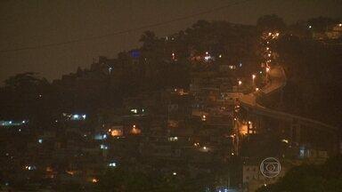 Duas crianças e um PM são baleados em tiroteio na Mangueira - Policiais da UPP e traficantes trocaram tiros no morro do Telégrafo, na noite desta quinta-feira (5).