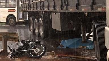Na quinta-feira (5), dois acidentes com uma morte são registrados em Goiás - Um motociclista morreu depois de ser atingido por um caminhão na GO-060, saída para Trindade, na capital. Já na BR-040, próximo de Luziânia, três carros se envolveram em uma batida que deixou um homem ferido.
