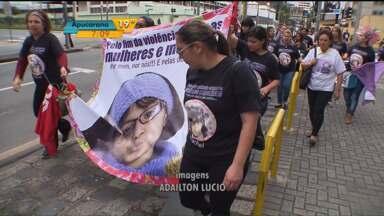 Várias pessoas fazem protesto para relembrar a morte da menina Raquel Genofre - Parentes, amigos e representantes de entidades sociais protestaram na quinta-feira (05), em Curitiba, para relembrar a morte da menina Raquel Genofre. Ela foi morta há sete anos, e o corpo foi deixado na rodoviária dentro de uma mala.