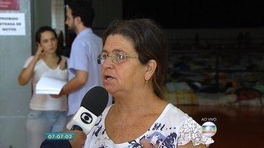 Moradora de vilarejo conta como recebeu a notícia de acidente com barragens em MG - Distritos de Bento Rodrigues e Paracatu foram atingidos nesta quinta-feira (5). Uma morte foi confirmada e ainda não há dados sobre desaparecidos.