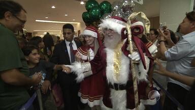 Chegada do Papai Noel emociona crianças e adultos em shopping de Salvador - Nesta quinta (5) o shopping Barra promoveu uma festa para celebrar a temporada natalina.