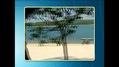 Moto é flagrada circulando em uma das praias de Alter do Chão - Motociclista faz longo percurso pela praia.