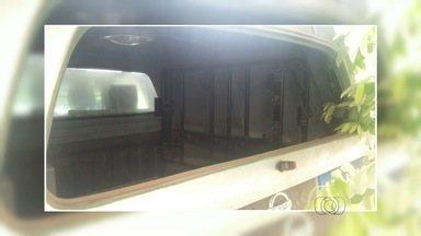 Homem é preso com carro roubado e quebra vidro de viatura a caminho da delegacia em Goiás - A Polícia Militar identificou o carro roubado ao conferir o chassi do veículo, que, segundo o motorista, teria sido comprado por R$ 1500. Ele levou a polícia até a casa do suspeito de ter vendido o carro a ele. No local, o vendedor foi detido pela PM.