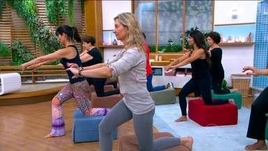 Aprenda movimentos para fortalecer os glúteos - A terapeuta corporal Monica Monteiro ensina um exercício, para fazer em casa e levantar o bumbum.