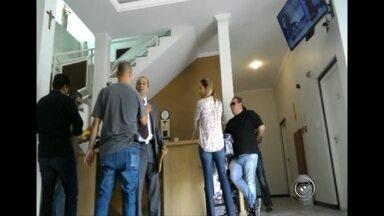 Polícia identifica um dos homens que agrediram médico em apartamento de Sorocaba - A polícia já identificou um dos homens que agrediram o médico espancado e roubado no apartamento onde mora de aluguel, em Sorocaba. As imagens da agressão são impressionantes.
