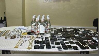 Polícia apreende 97 celulares e bebida alcoólica dentro de cadeia em Manaus - Foram achados ainda facas, tesouras, drogas e joias. Atualmente, cadeia abriga cerca de 730 detentos.