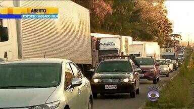 Caminhoneiros fazem bloqueios em mobilização contra presidente Dilma no RS - Na Serra, os caminhoneiros já ocupam a ERS-122, em Caxias do Sul.