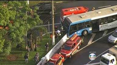 Acidente envolvendo um ônibus e uma moto deixa feridos em São Paulo - O ônibus bateu numa moto e acabou acertando uma mureta na saída da Ponte do Socorro, na Zona Sul de São Paulo. Sete viaturas dos bombeiros fazem o resgate de mais de dez pessoas.