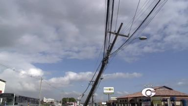 Poste tombado na Via Expressa deixa vários bairros de Maceió sem energia - Carro teria colidido contra poste no domingo (9) na Avenida Selma Bandeira.