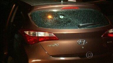 Mulher é atingida por bala perdida em Rocha Miranda - Helena Ionara foi baleada na cabeça. Ela estava no banco de trás do carro com os dois filhos.Polícia investiga de onde partiu o tiro.