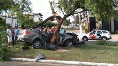 Polícia divulga imagens de jovens em padaria antes de acidente em Franca, SP - Carro bateu em árvore no dia 7 de novembro e matou três jovens.