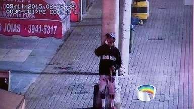 Dupla é presa após câmera do COI flagrar furto a joalheria em São José, SP - Flagrante foi realizado na madrugada desta segunda-feira (9).