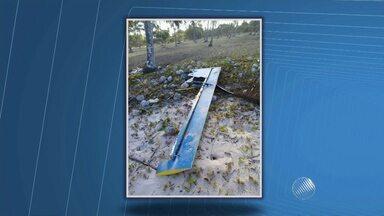 Destroços encontrados no baixo sul da Bahia podem ser de avião que caiu na Barra - Um grupo de amigos encontrou partes de uma aeronave, que parecem ser da asa, durante uma pescaria perto da cidade de Guaibim.