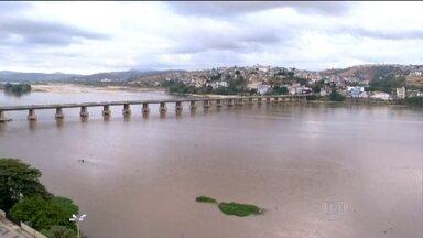Lama das barragens rompidas em MG se aproxima do ES e pode afetar abastecimento - Algumas comportas das represas já foram abertas e o nível do Rio Doce já subiu um pouco. Moradores estão apreensivos.