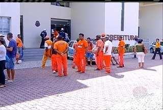 Servidores fazem manifestação e jogam lixo na Prefeitura de Cabo Frio, no RJ - Manifestação é por atraso salarial.