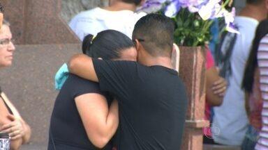 Foi enterrada no cemitério de Irajá mais uma vítima de bala perdida - Helena estava com os filhos e o marido quando foi baleado no domingo.