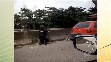 Tiroteio desespera motoristas na Linha Vermelha, no Rio de Janeiro - Algumas pessoas se jogaram no chão e tentaram se proteger debaixo do carro. Motoristas pegaram a contramão para escapar da sequência de tiros.