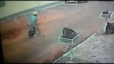 Câmeras flagram motociclista sendo atropelado em Marília - Um motociclista foi atropelado por um carro em Marília (SP) nesta segunda-feira (9). Câmeras de segurança gravaram o momento do acidente. O atropelamento foi na Avenida Brasil. Segundo a polícia, o motorista do carro passou por cima do motociclista e foi embora sem prestar socorro. O vídeo foi enviado à redação da TV TEM.