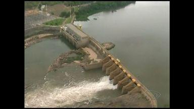 Água do Rio Doce fica mais escura e indica que lama está perto do ES - Por volta de 5h, moradores começaram a chegar na ponte sobre o rio.Abastecimento foi suspenso por algumas horas com a chegada da água.