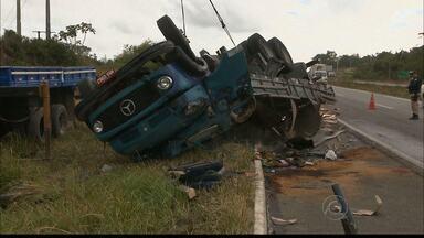 Uma pessoa morre em acidente na BR 230 em João Pessoa - Três pessoas estavam num caminhão que carregava cerâmica e tombou, em Santa Rita. Uma pessoa morreu.
