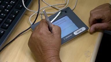 Eleitores de Santa Bárbara do Monte Verde fazem cadastro biométrico - Ônibus do Tribunal Regional Eleitoral está na Praça do Barão, até dia 23. Outros municípios passam pelo mesmo processo; novo título sai na hora.