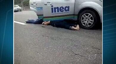Tiroteio fecha a Linha Vermelha. Vários motoristas ficaram presos no meio do fogo cruzado - Foi uma operação da Polícia Civil numa comunidade as margens da via expressa. A segunda vez que ela fecha em menos de uma semana por causa de tiros.