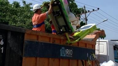 Agentes da prefeitura apreendem os brinquedos do parque onde menino morreu eletrocutado - Samuel, de 6 anos, foi enterrado no cemitério de Inhaúma