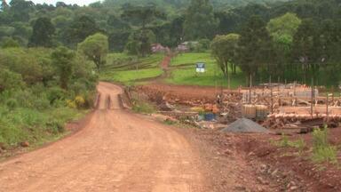 Por causa de greve dos trabalhadores, as obras na PR-364 podem atrasar - A estrada liga os distritos do Guará e Góes Artigas. Os trabalhadores reclamam das más condições de trabalho.