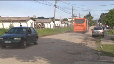 Garagem irregular de ônibus continua incomodando moradores do Capão da Imbuia - Moradores do bairro Capão da Imbuia reclamam que a constante circulação de ônibus nas ruas está causando rachaduras nas casas, entre outros transtornos.